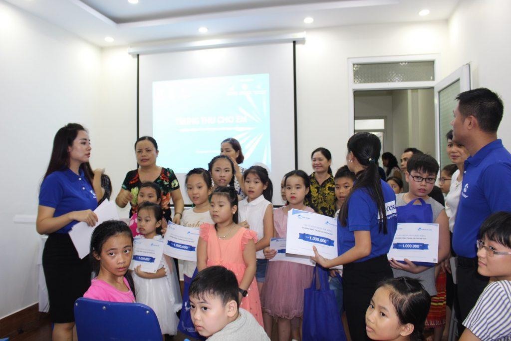 Chi hội Bảo vệ quyền trẻ em Hạ Long trao 50 suất học bổng và hơn 200 phần quà cho trẻ em nghèo hiếu học trên toàn tỉnh Quảng Ninh
