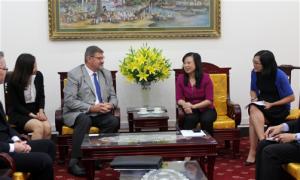 Thứ trưởng Đào Hồng Lan trao đổi với Ts. Robert Glover tại buổi tiếp