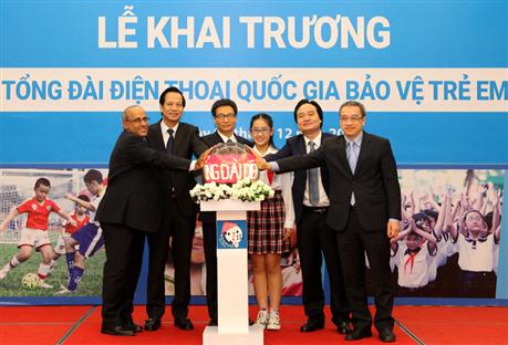 Phó Thủ tướng Vũ Đức Đam; Bộ trưởng: Đào Ngọc Dung, Phùng Xuân Nhạ và các đại biểu chính thức bấm nút khai trương Tổng đài điện thoại quốc gia bảo vệ trẻ em 111