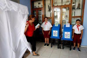 Ở Cuba, thiếu niên tiền phong giám sát thùng phiếu bầu cử