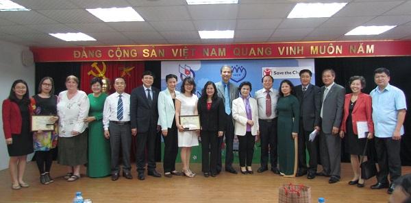 Ban Tổ chức, Ban Giám khảo chụp ảnh lưu niêm với các tác giả trúng giải ảnh 1: Tham dự Lễ tổng kết và trao giải có hơn 100 phóng viên đến từ các cơ quan báo chí Trung ương và Hà Nội đến đưa tin.