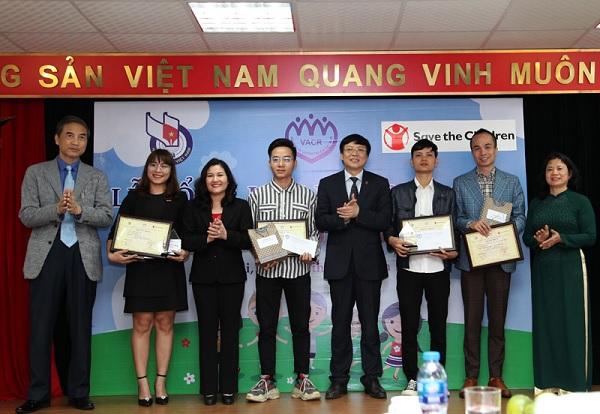 Ban tổ chức trao giải Nhất cho các tác giả
