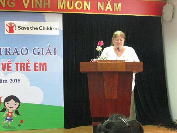 Bà Sharon Hauser là Giám đốc Quản lý chất lượng chương trình và Truyền thông, Tổ chức Cứu trợ trẻ em phát biểu chúc mừng thành công của giải báo chí về trẻ em và các tác giả có tác phẩm xuất sắc đạt giải.