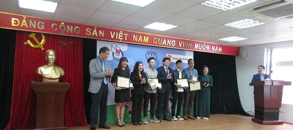 Trao giải thưởng cho các tác giả đạt giải nhất.