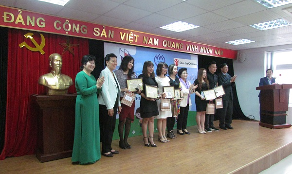 Các tác giả có tác phẩm đạt giải nhì nhận giải thưởng