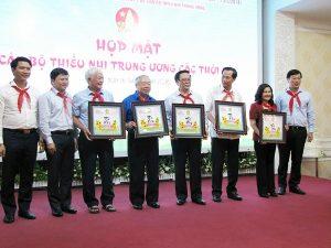 Ban Bí thư TW Đoàn, Hội đồng Đội TW tặng lưu niệm tới các đồng chí nguyên Bí thư thứ nhất và Chủ tịch Hội đồng Đội các khóa.