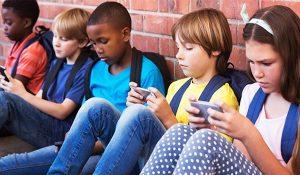 Tháng 9 tới, Pháp cấm học sinh dùng điện thoại thông minh, máy tính bảng trong trường