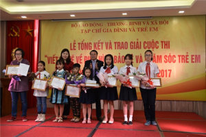 Các em đoạt giải Cuộc thi Viết & vẽ về điển hình bảo vệ & chăm sóc trẻ em 2017 chụp ảnh lưu niệm cùng Ban tổ chức