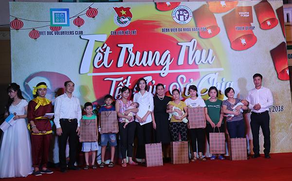 Bà Nguyễn Thị Thanh Hòa, Chủ tịch Hội Bảo vệ quyền trẻ em Việt Nam (giữa) và các đại biểu trao quà cho các bệnh nhi